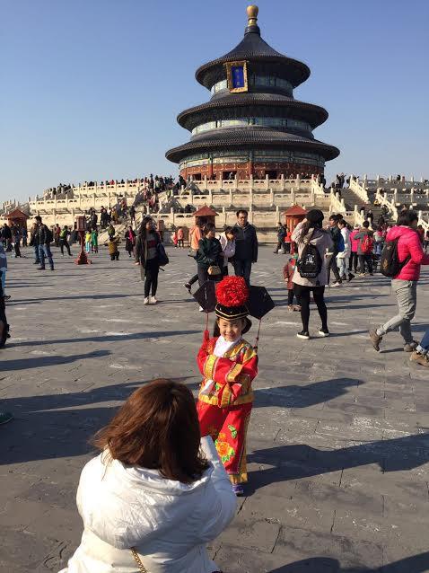 Criança chinesa fotografando no Temple of H