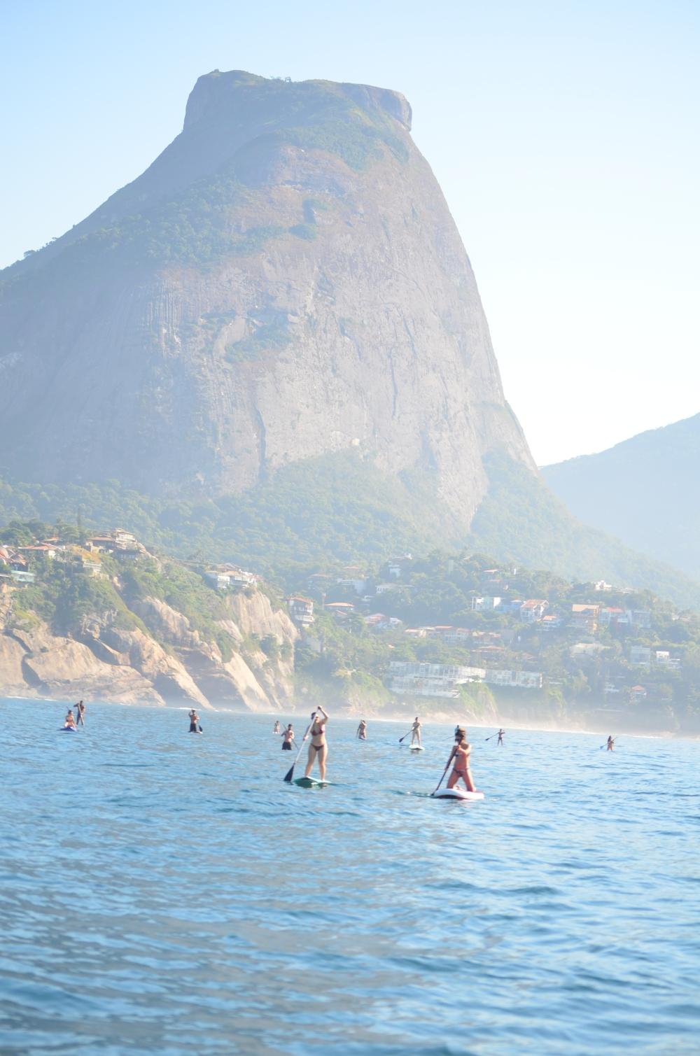 Remando na praia da Barra da Tijuca