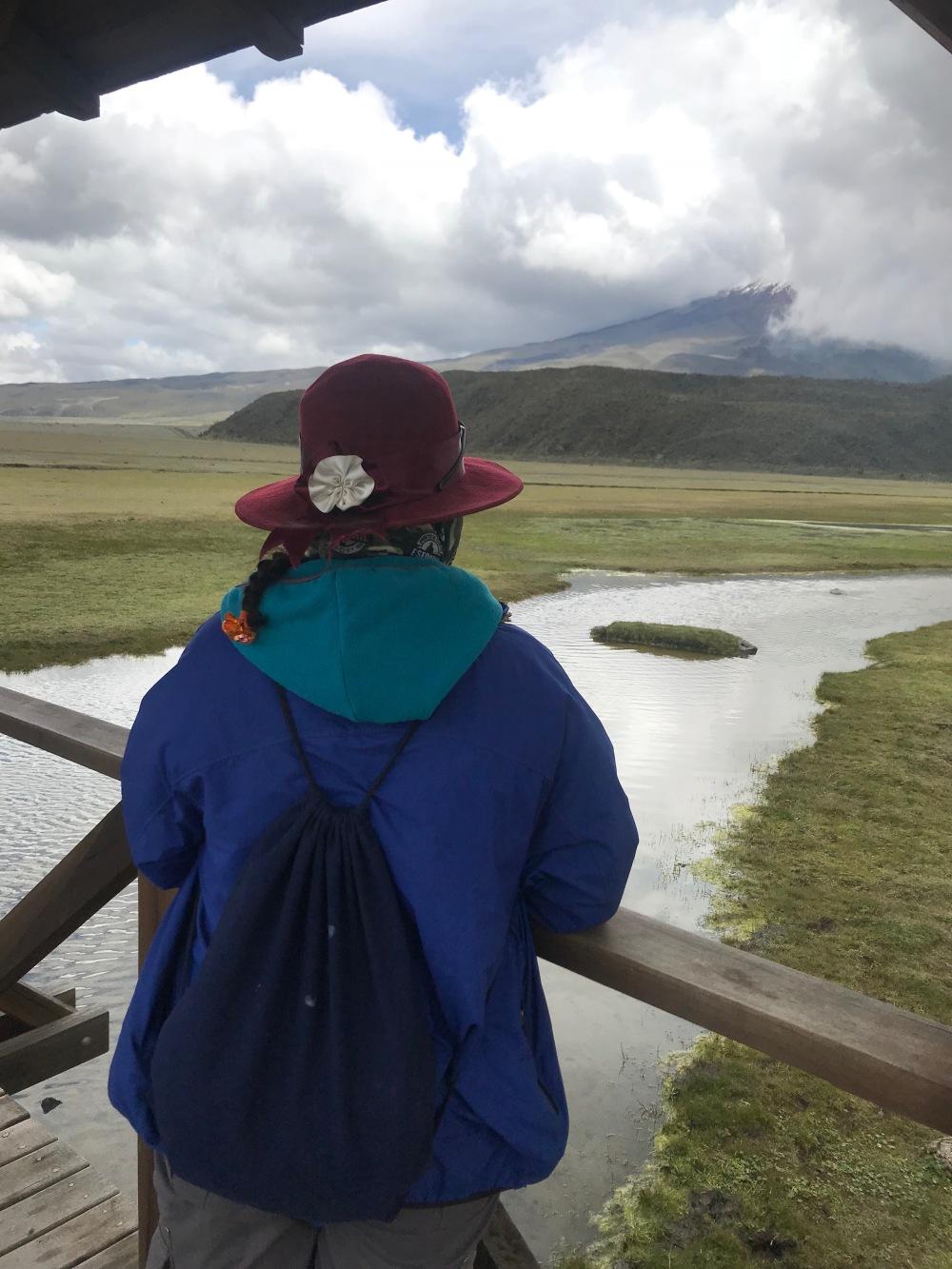 India equatoriana e vulcão