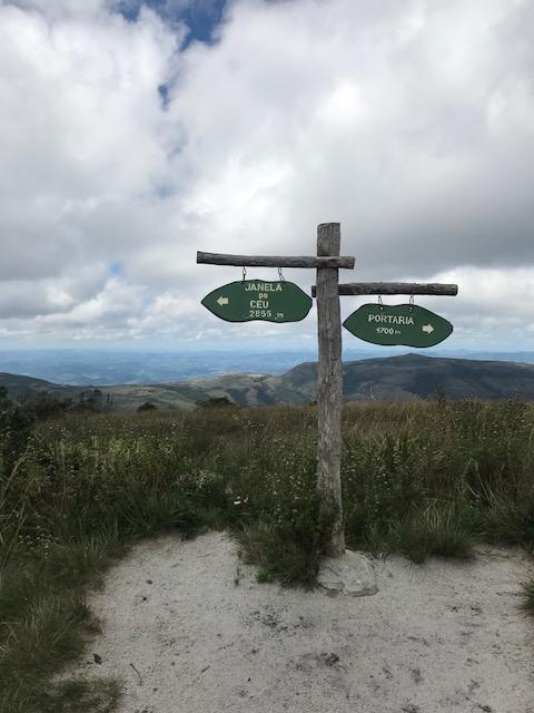 Placa sinalizando a trilha da Janela do céu