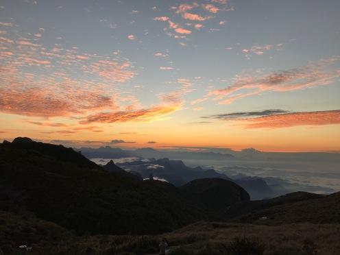 Céu amarelo com nascer do sol em Petrópolis