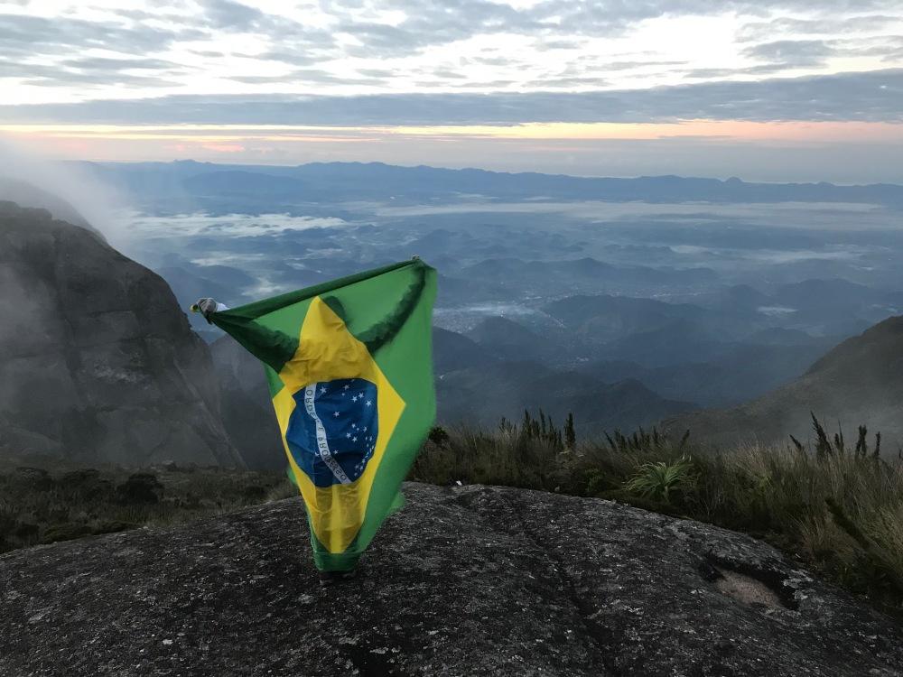 Amanhecer na Pedra da Baleia e bandeira do Brasil