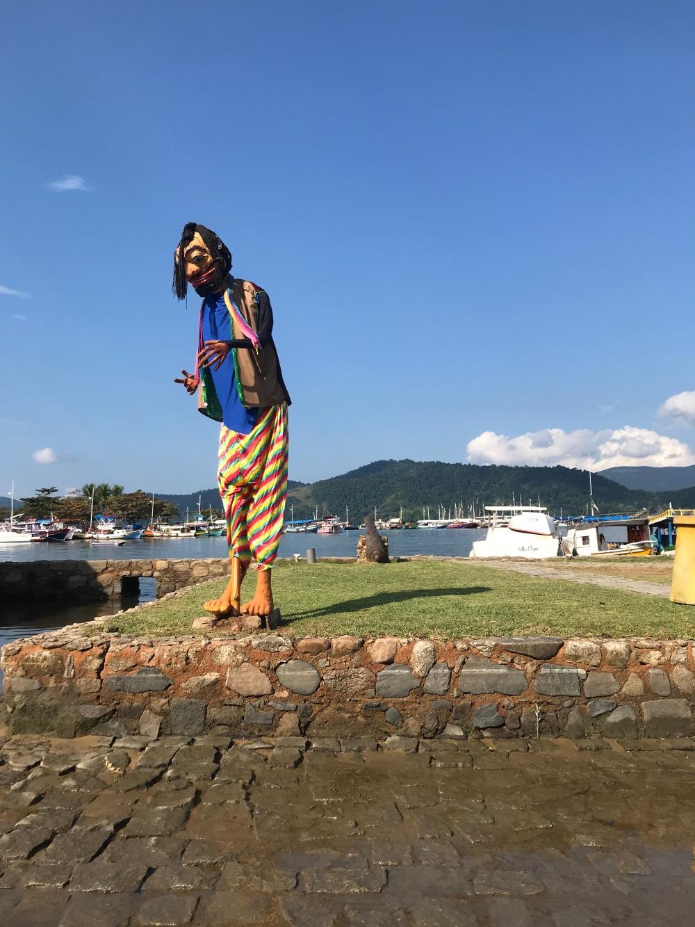 Centro histórico de Paraty e boneco na praia