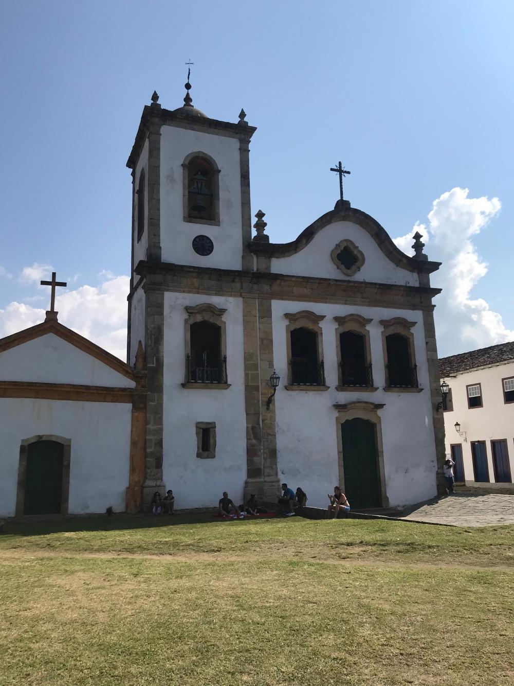 Igreja de Santa Rita em Paraty e gramado