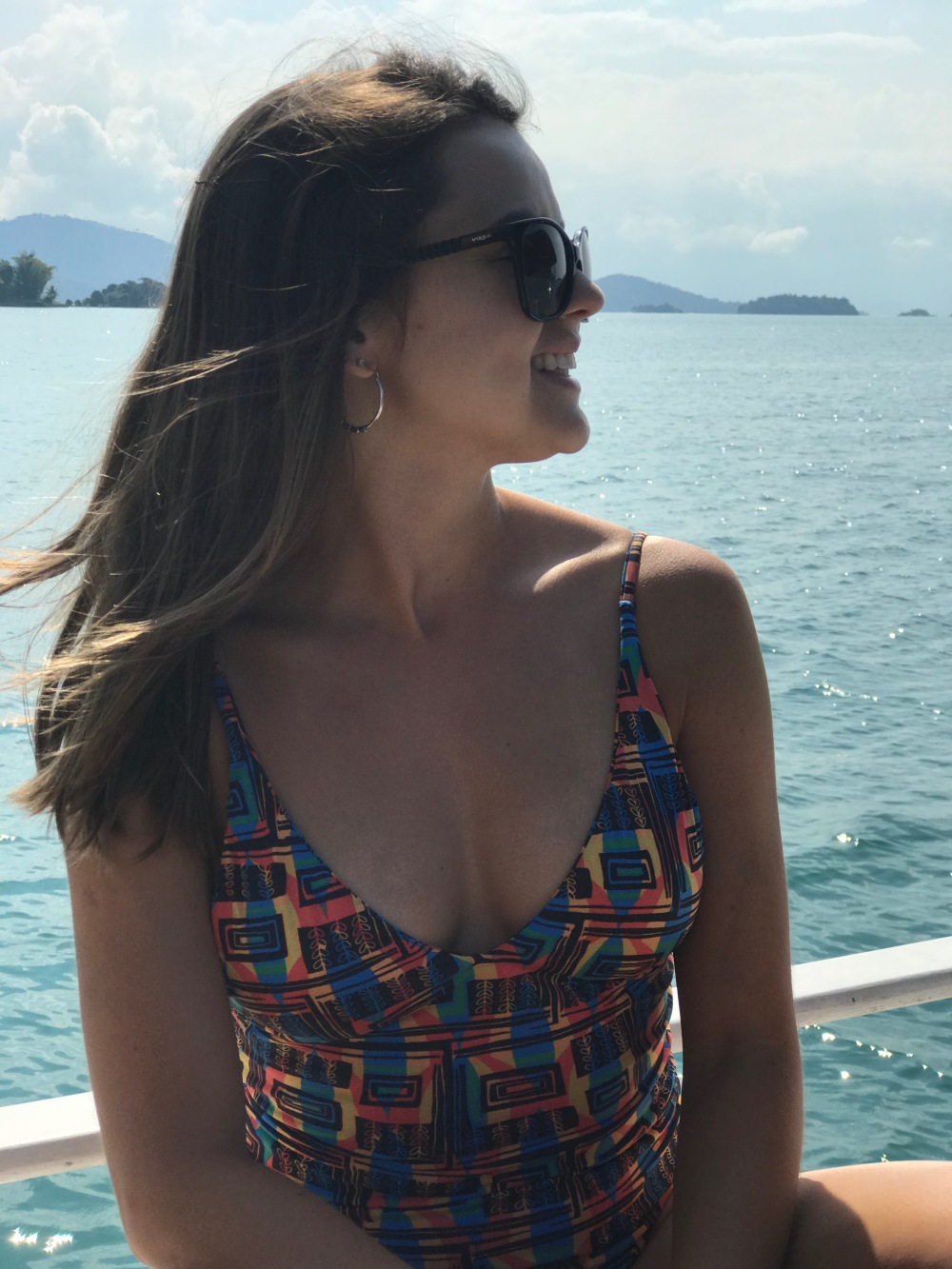 Viajandinha de maiô passeando de barco