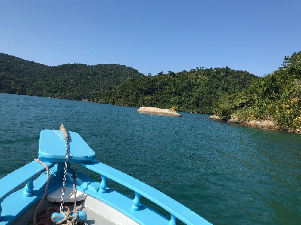 Barco e ilhas de Paraty no Rio de Janeiro