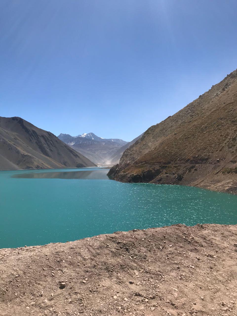 Cordilheiras dos andes e lago chileno