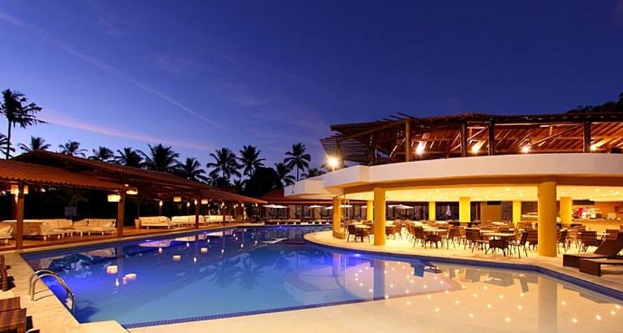 Resort em Porto Seguro na Bahia a noite com iluminação na piscina
