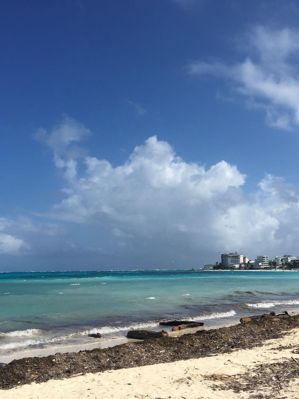 Praia de San Andrés com cidade ao fundo