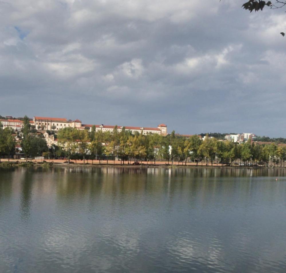 Rio Mondego e céu nublado numa tarde de domingo