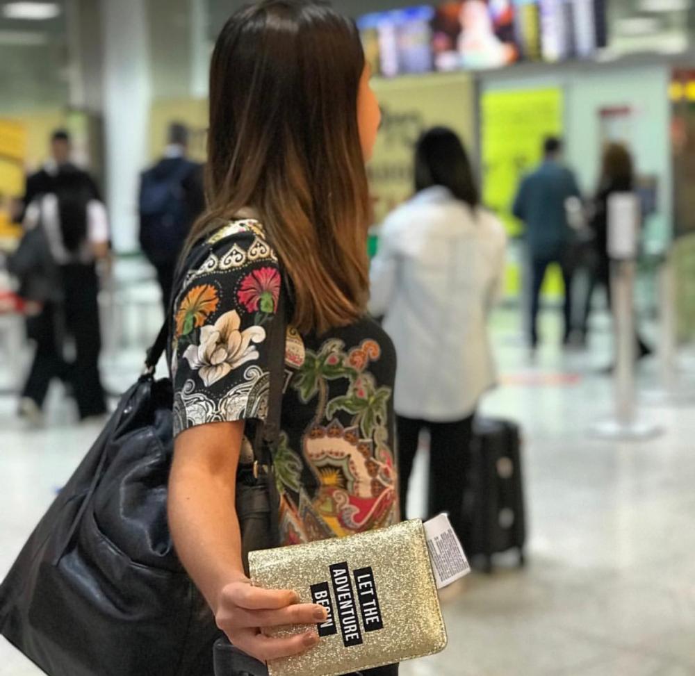 Passaporte na mão no aeroporto do Rio de Janeiro