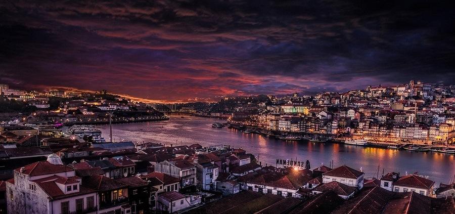 Anoitecer, luzes e mar do Porto