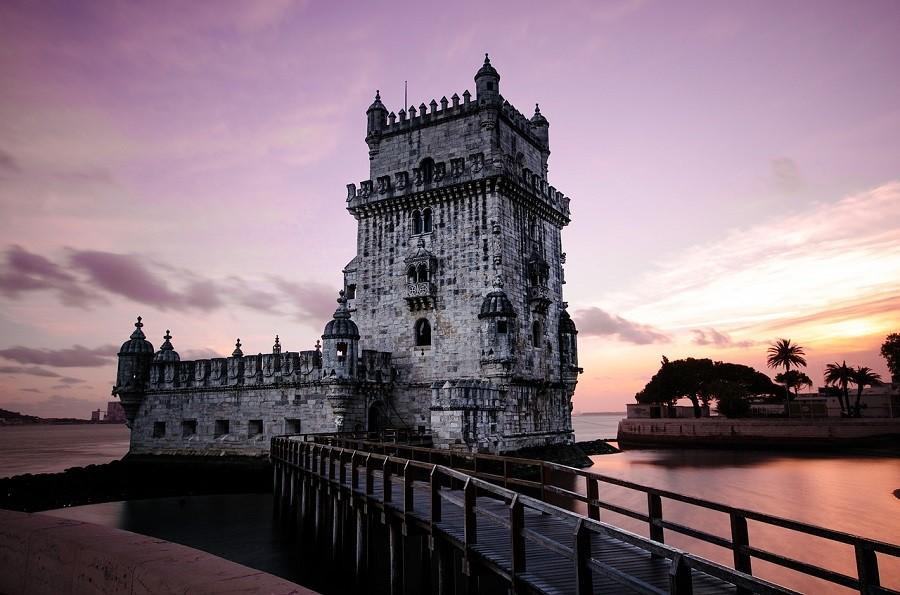 Lisboa ao anoitecer e sua torre de Belém