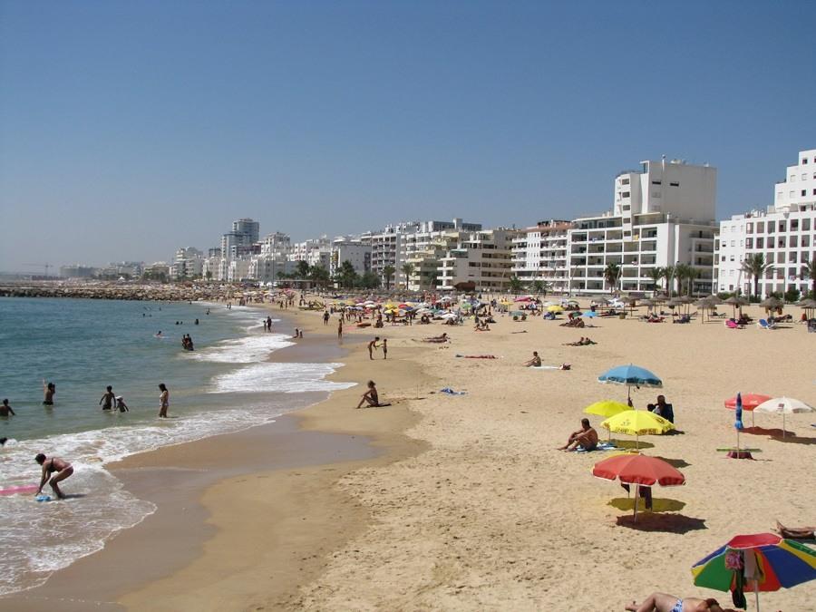 Praia famosa do Algarve em Portugal