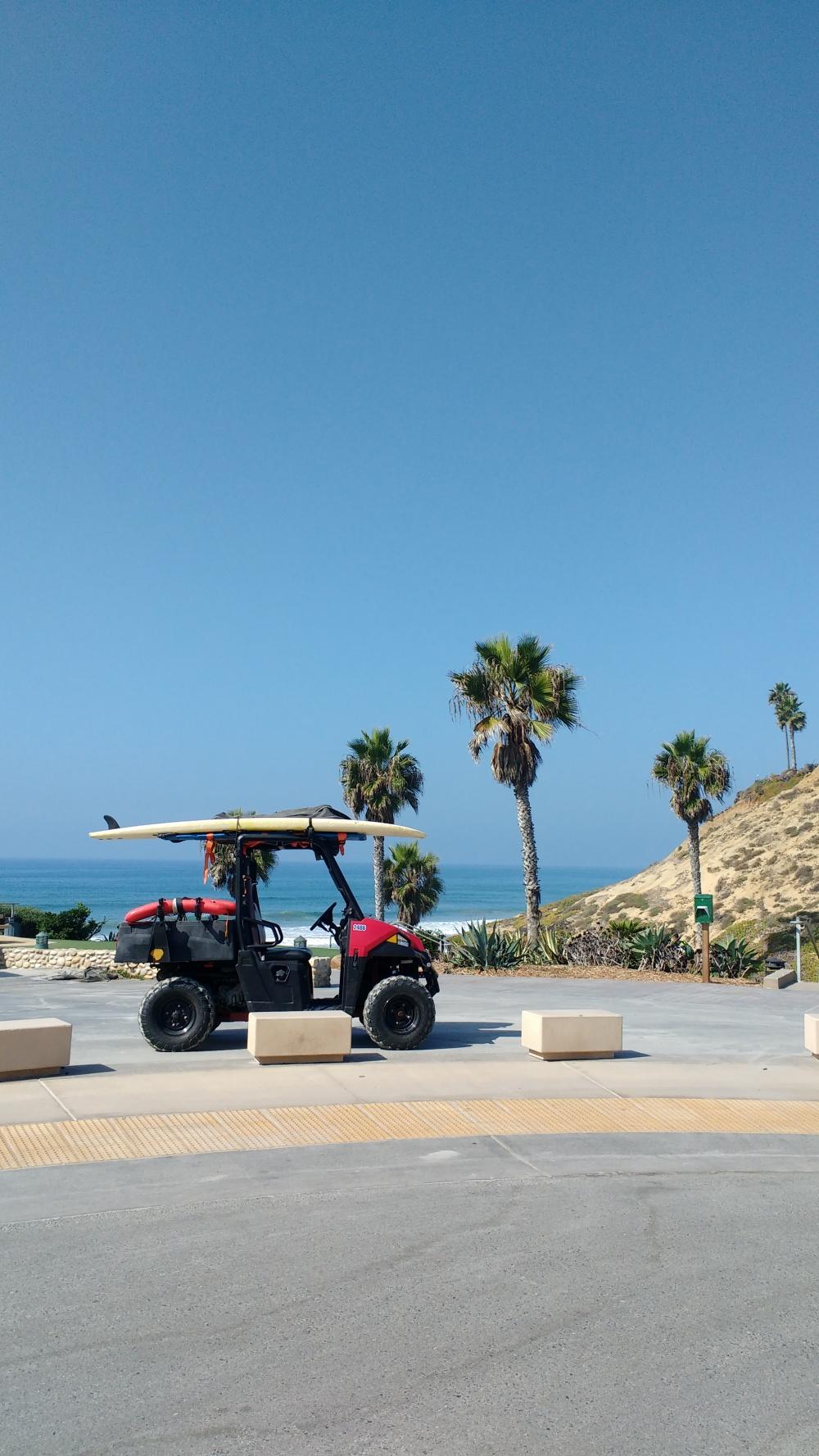 Carrinho com prancha em um dia ensolarado na praia da Califórnia