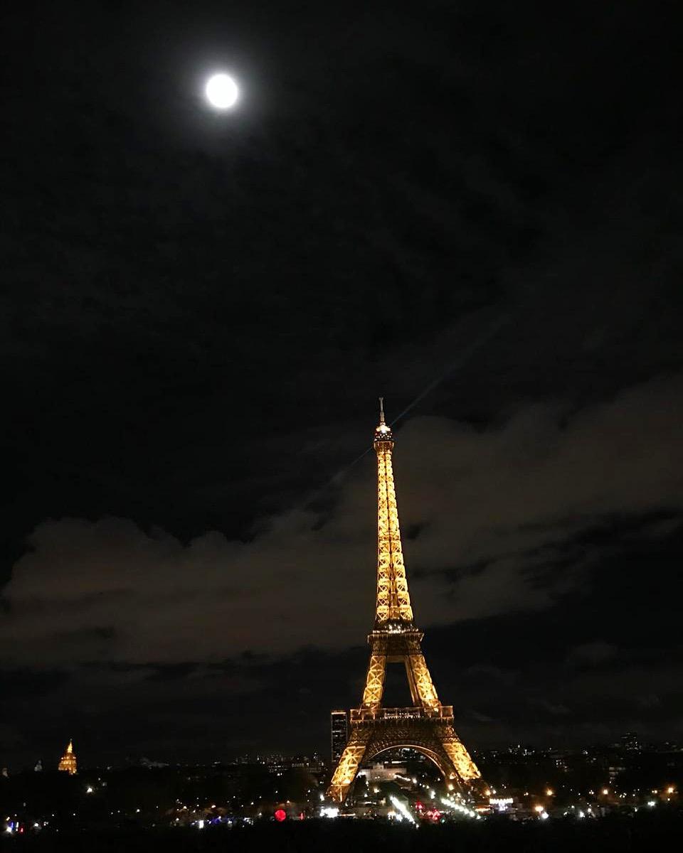 Noite em Paris com Lua Cheia e a torre Eiffel