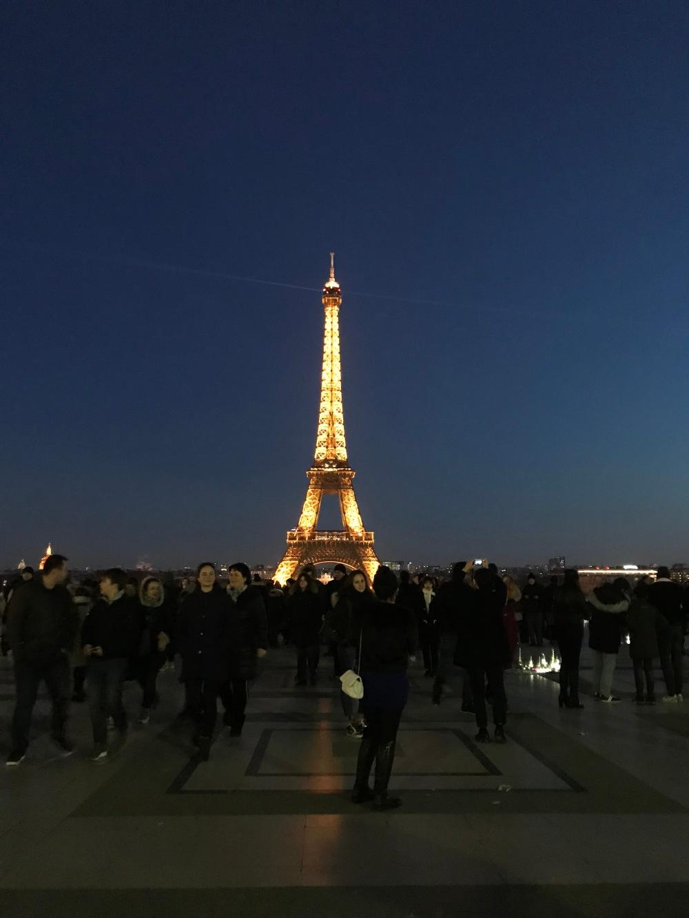 Torre Eiffel iluminada para o natal a noite