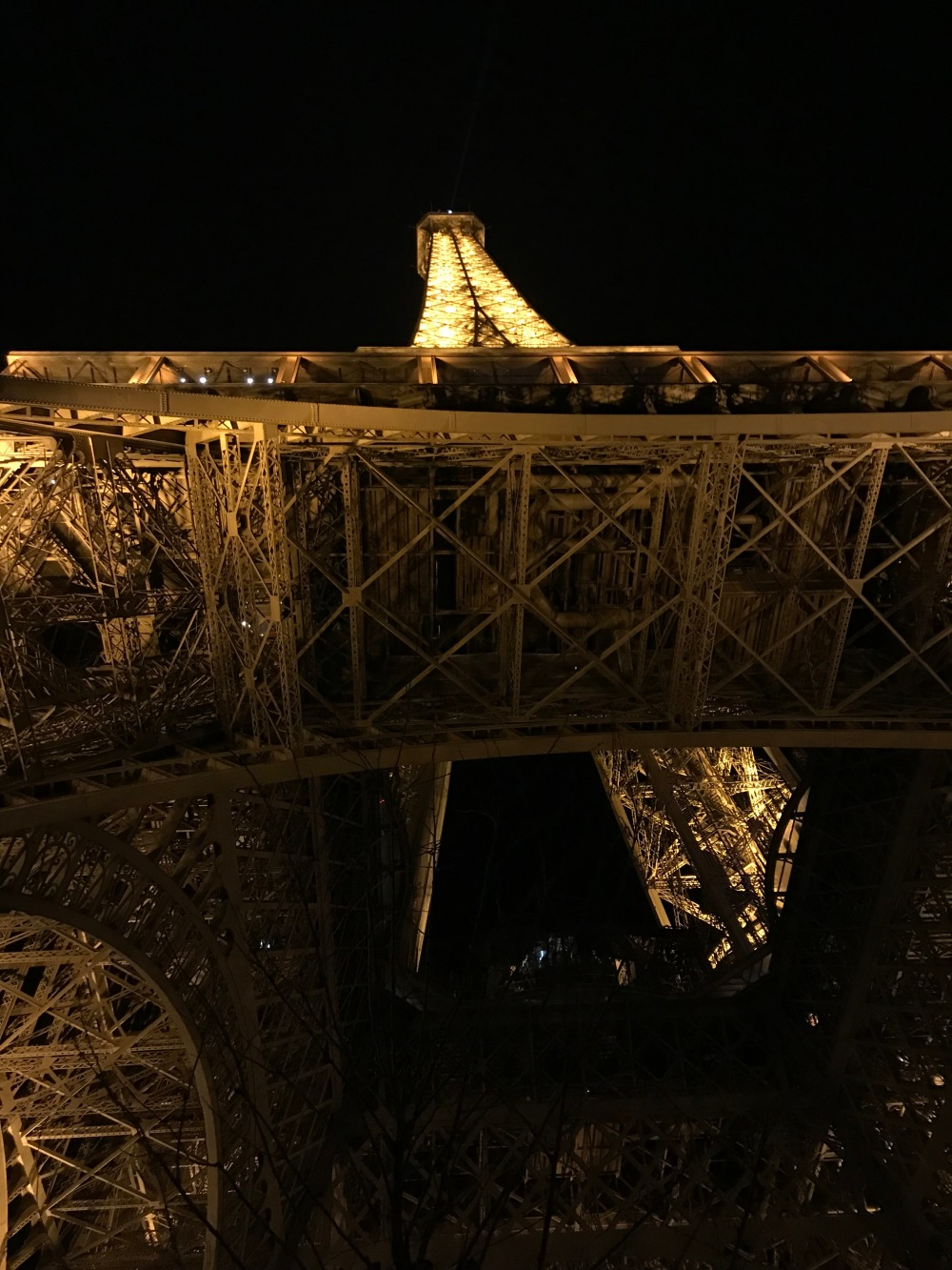 Torre Eiffel vista noturna com luzes