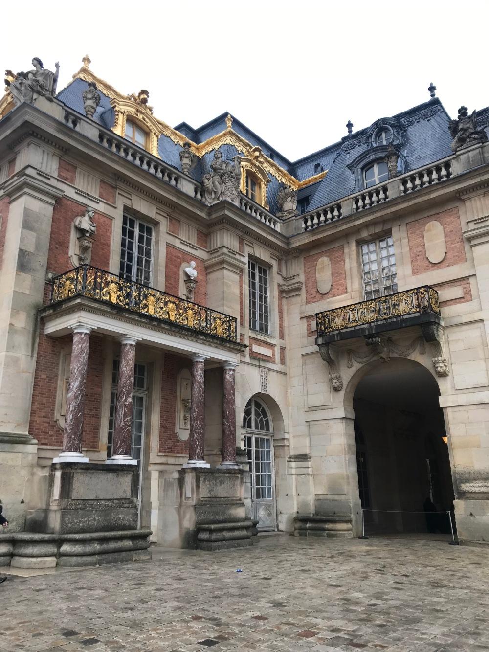 Fachada em ouro e mármore do Palácio de Versalhes