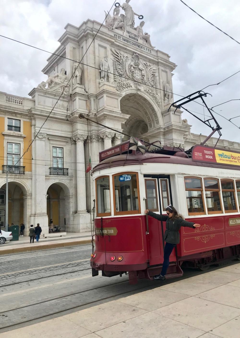 Viajandinha no bonde da Praça do Comércio em Lisboa
