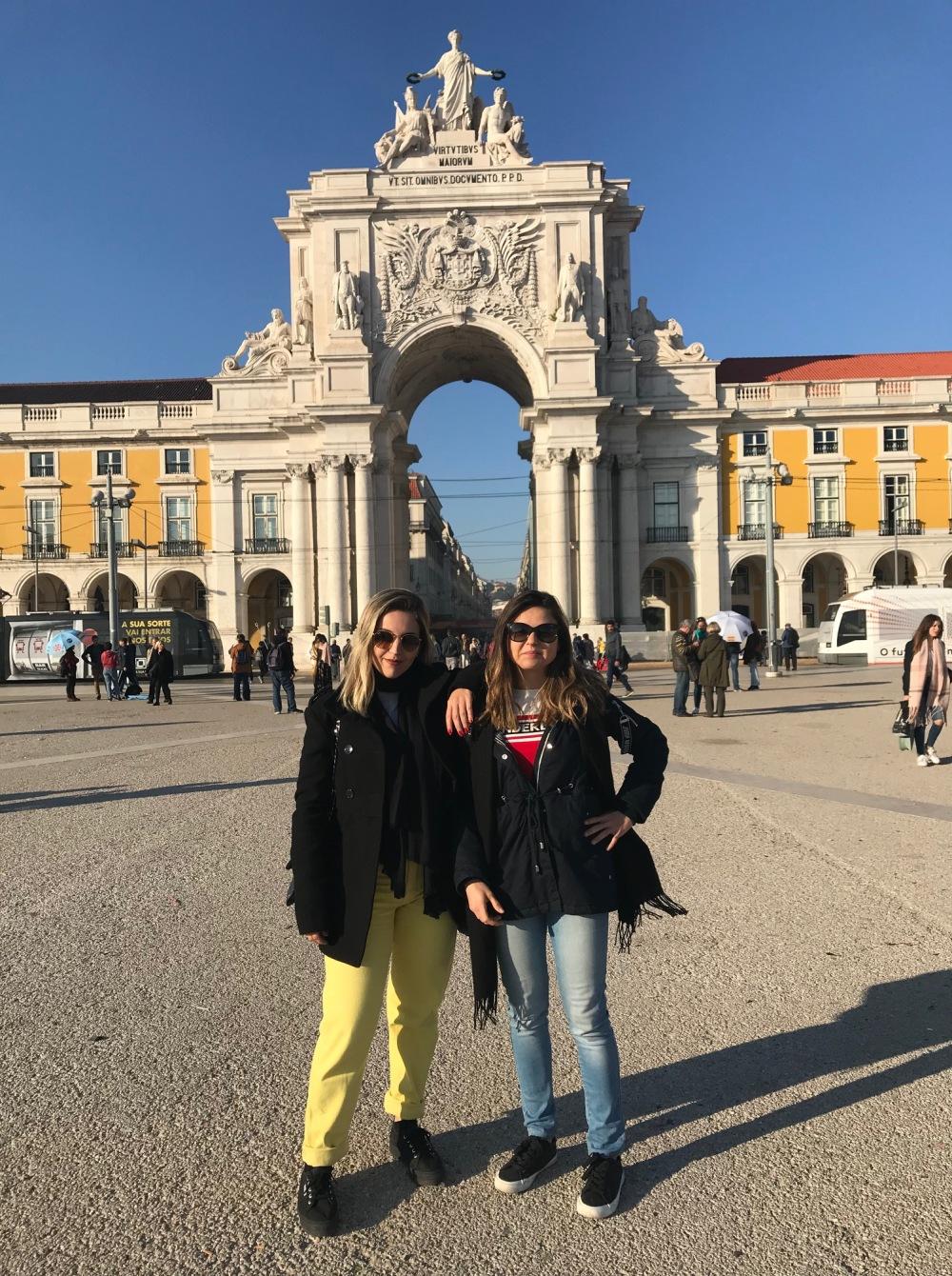 Viajandinhas na praça do Comércio de Lisboa
