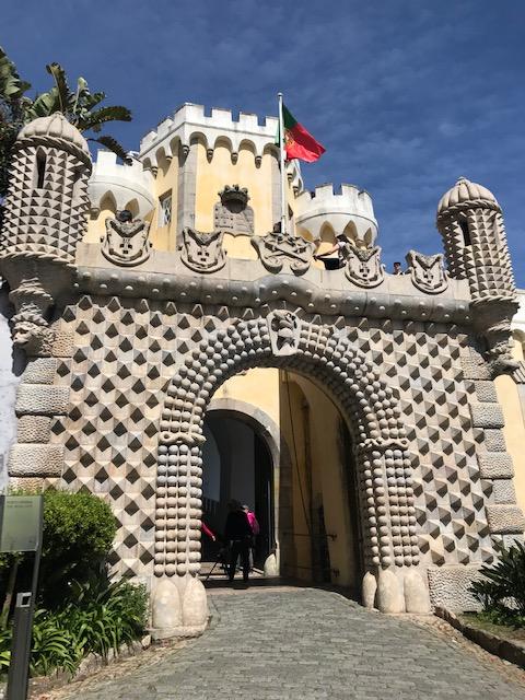 Entrada do Palácio da Pena com bandeira de Portugal