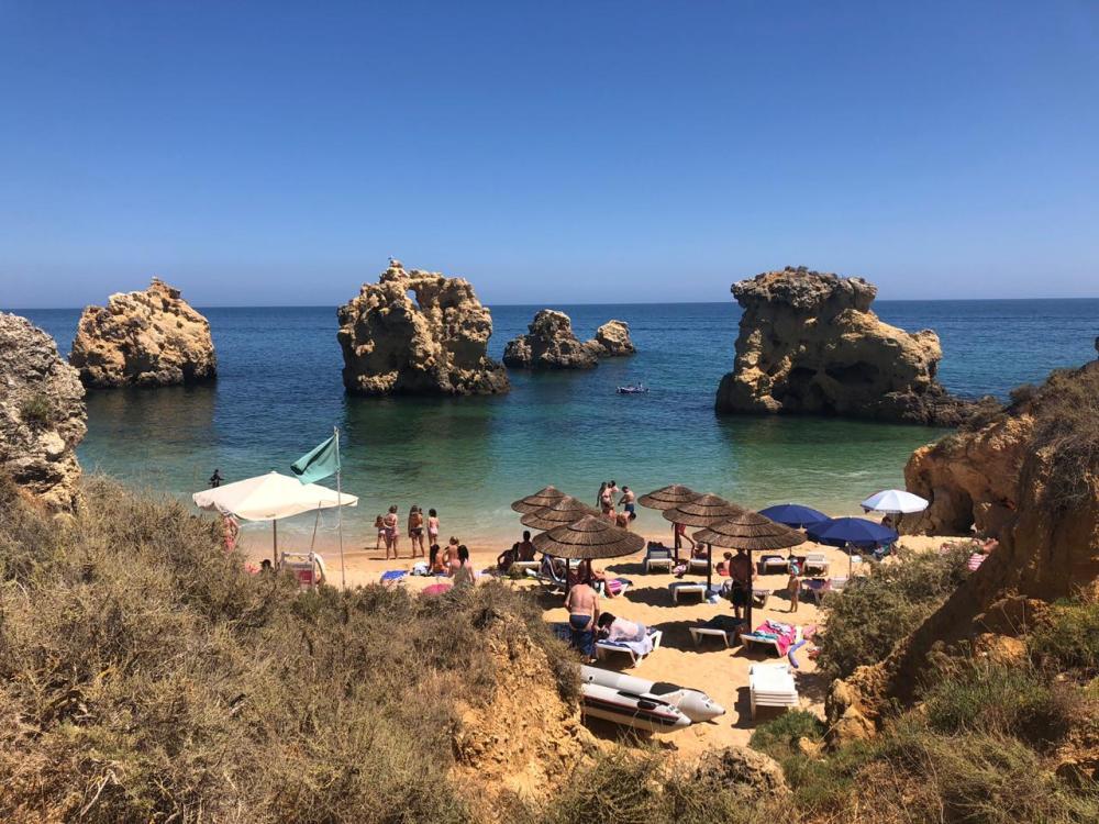 Tarde na praia dos Arrifes no Algarve