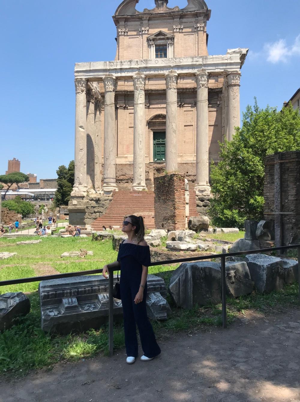 Viajandinha no Fórum Romano em frente ao templo