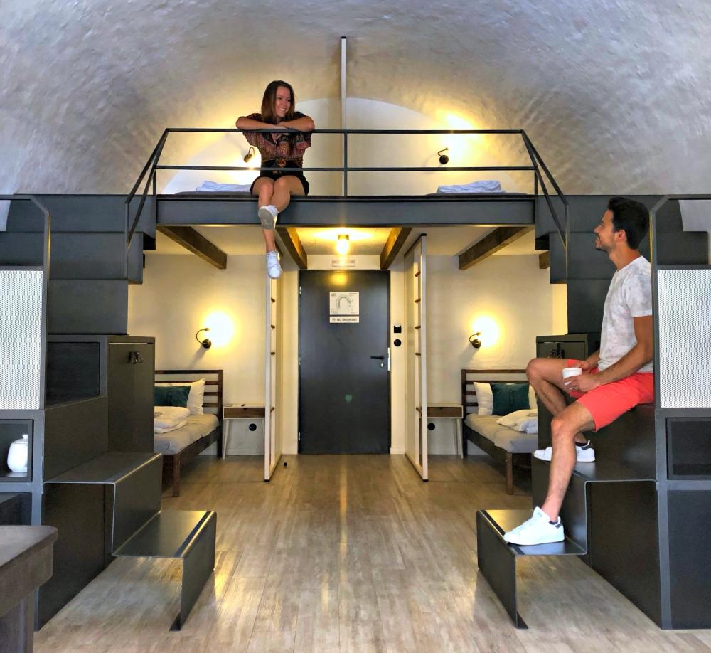 Fernanda Matias e Alih do Alife Trip no Hostel em Olomouc