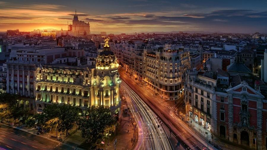 Madrid ao anoitecer< HURB