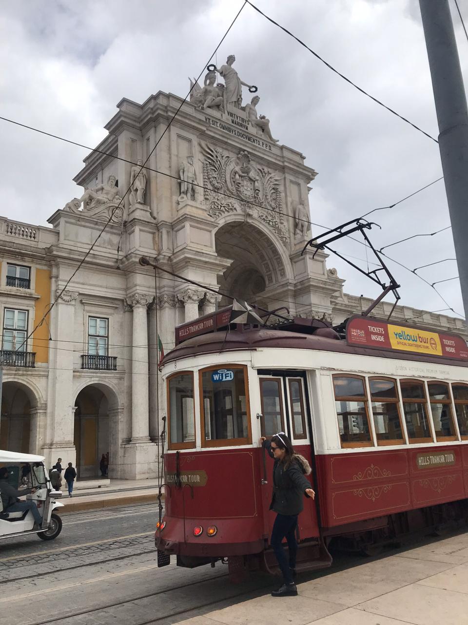 Viajandinha na Praça do Comércio pendurada no bonde